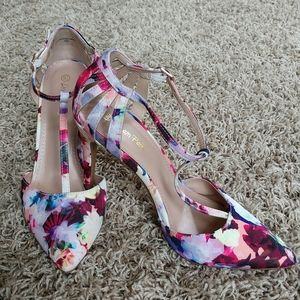 NWOT Mary Jane Floral Pump